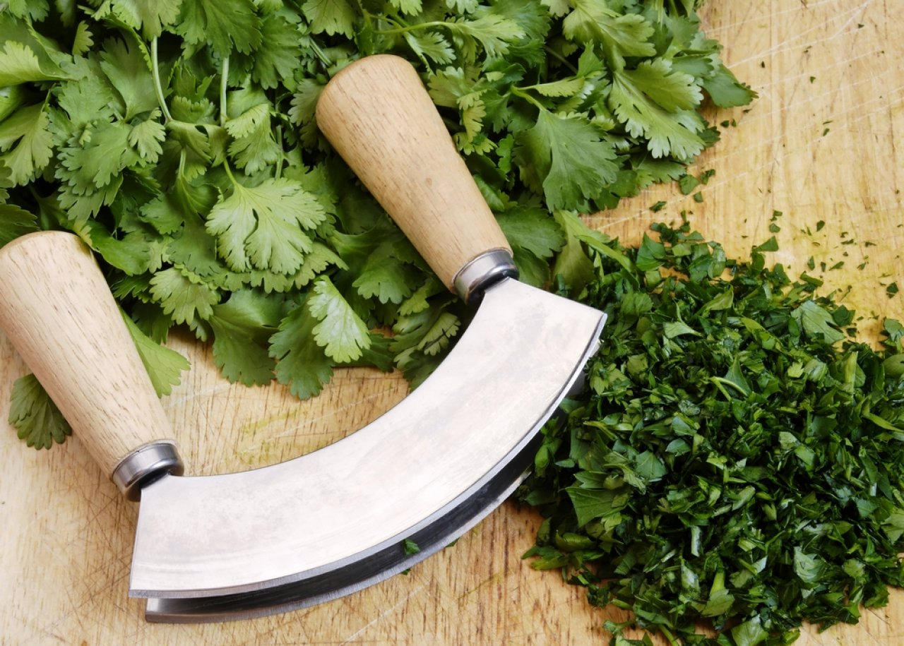 Ножом-сечкой легко шинкуется зелень